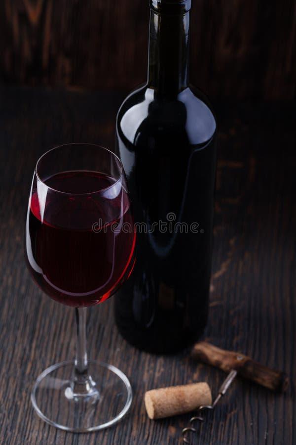 κόκκινο κρασί ανοιχτήρι μπ&om στοκ φωτογραφίες