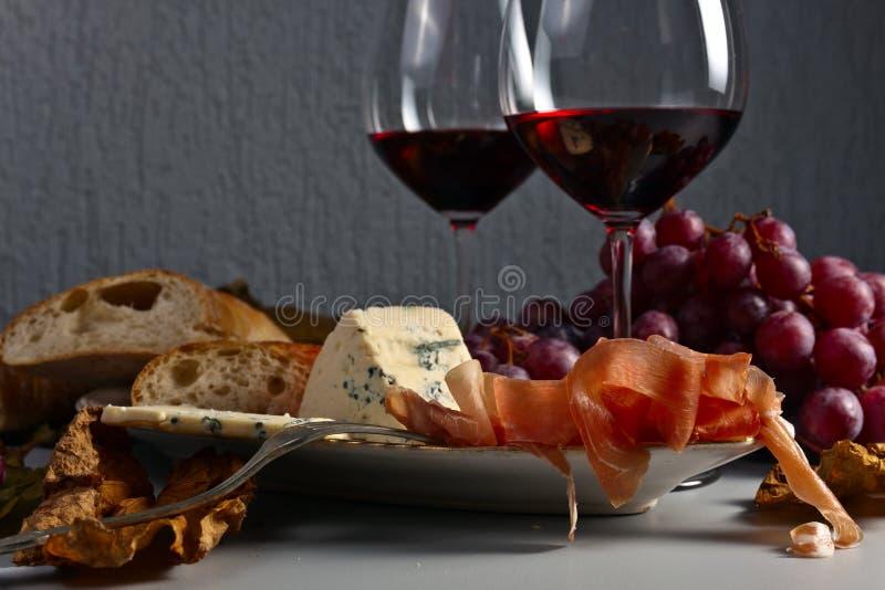 Κόκκινο κρασί και πρόχειρα φαγητά στοκ εικόνες