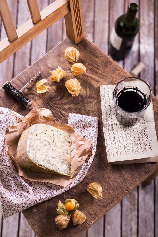 Κόκκινο κρασί και τυρί στοκ εικόνες με δικαίωμα ελεύθερης χρήσης