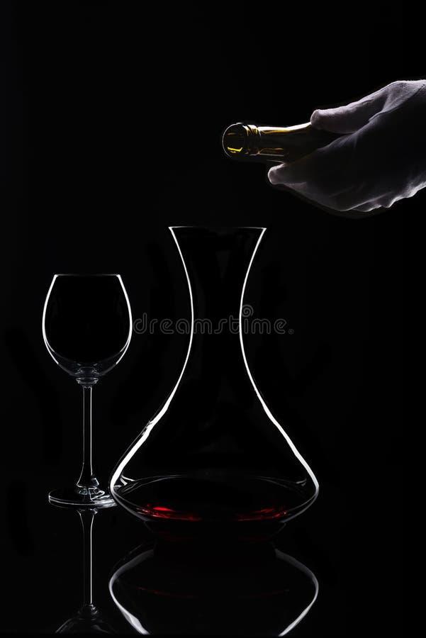 Κόκκινο κρασί που μεταγγίζει τη διαδικασία στον απομονωμένο Μαύρο στοκ φωτογραφία με δικαίωμα ελεύθερης χρήσης