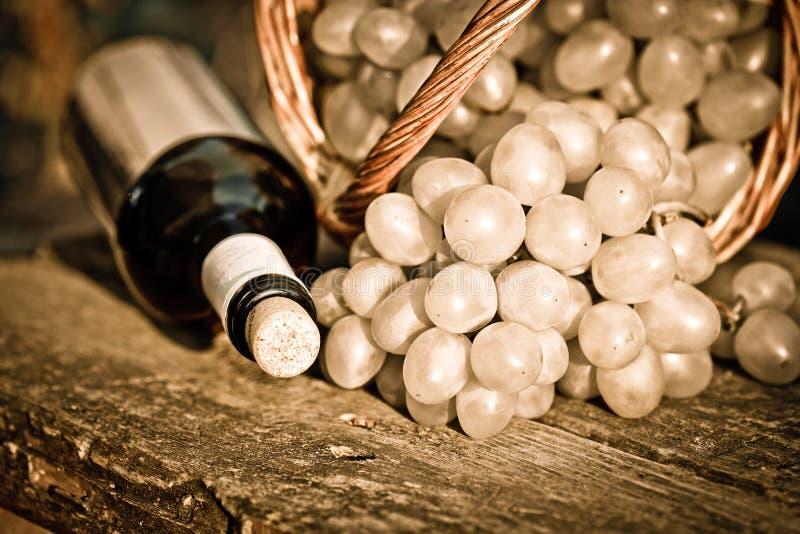 Download κόκκινο κρασί σταφυλιών κινηματογραφήσεων σε πρώτο πλάνο δεσμών μπουκαλιών Στοκ Εικόνα - εικόνα από υγιής, εσωτερικός: 22776515