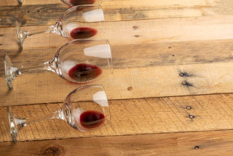 Κόκκινο κρασί στα διαφανή γυαλιά κρασιού σε ένα ξύλινο υπόβαθρο Nouveau Bojole, φραγμός κρασιού, οινοποιία, οινοποίηση, έννοια δο στοκ εικόνες
