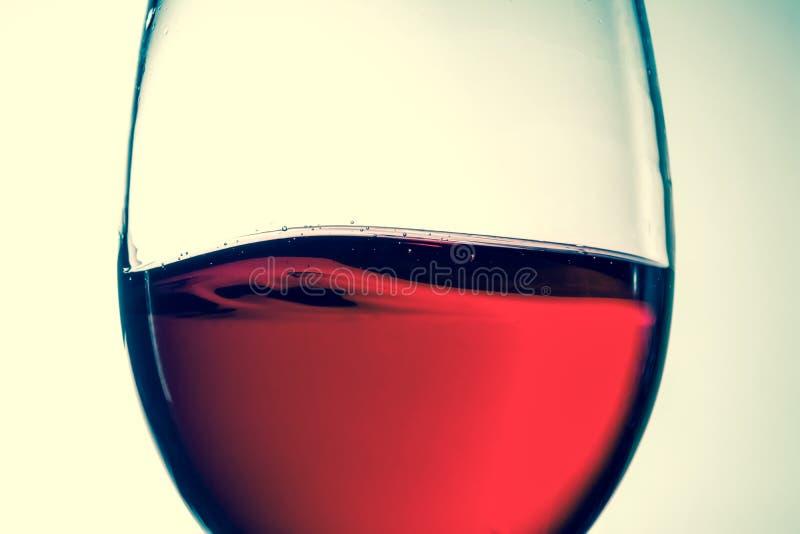 Κόκκινο κρασί στο γυαλί, ράντισμα, παφλασμός, κύμα του κόκκινου κρασιού κοντά επάνω στοκ φωτογραφίες