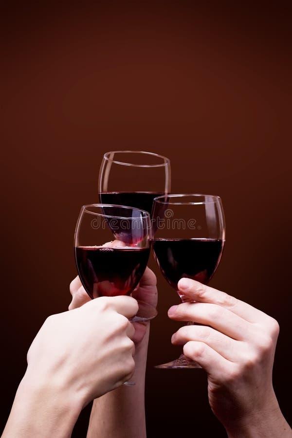κόκκινο κρασί χεριών γυαλιού στοκ φωτογραφία με δικαίωμα ελεύθερης χρήσης