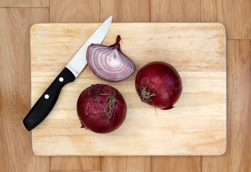 κόκκινο κρεμμυδιών μαχαι&r στοκ εικόνα