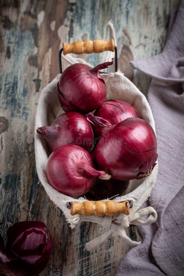 Κόκκινο κρεμμύδι στο μικρό καλάθι στοκ φωτογραφίες