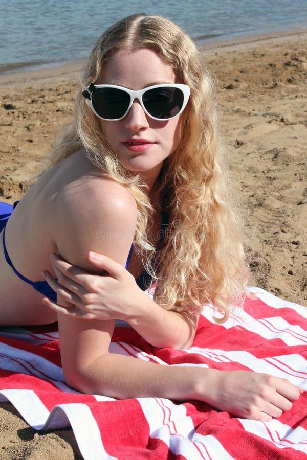κόκκινο λευκό κοριτσιών παραλιών μπλε στοκ φωτογραφία