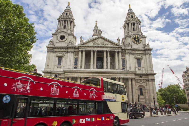 Κόκκινο λεωφορείο επίσκεψης του Λονδίνου μπροστά από τον καθεδρικό ναό του ST Pauls, Λονδίνο, Αγγλία, UK, στις 20 Μαΐου 2017 στοκ εικόνες