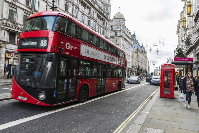 Κόκκινο λεωφορείο κυκλοφορώ στο Λονδίνο, Ηνωμένο Βασίλειο στοκ φωτογραφίες με δικαίωμα ελεύθερης χρήσης