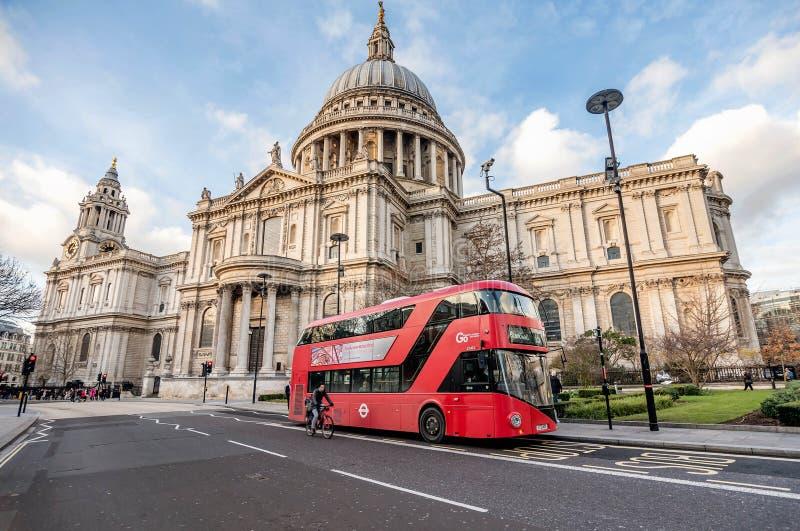 Κόκκινο λεωφορείο μπροστά από τον καθεδρικό ναό Αγίου Pauls στο Λονδίνο, UK στοκ εικόνες