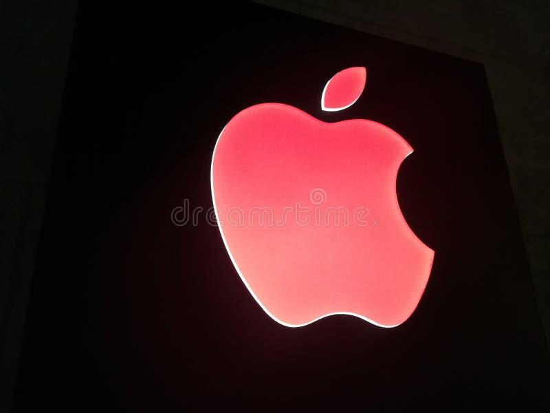 Κόκκινο λογότυπο της Apple στο μαύρο υπόβαθρο στοκ φωτογραφίες με δικαίωμα ελεύθερης χρήσης