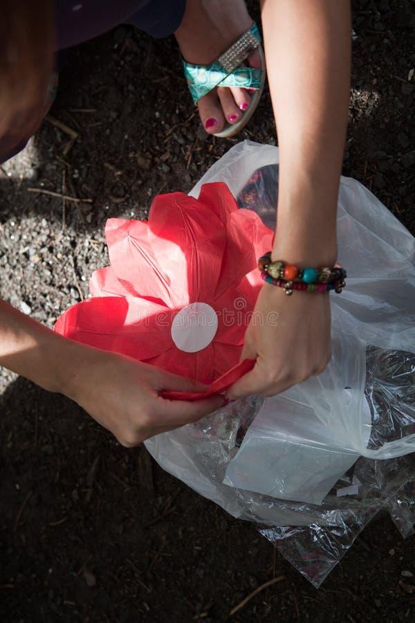 Κόκκινο λουλούδι εγγράφου με ένα κερί στο νερό στοκ εικόνα με δικαίωμα ελεύθερης χρήσης
