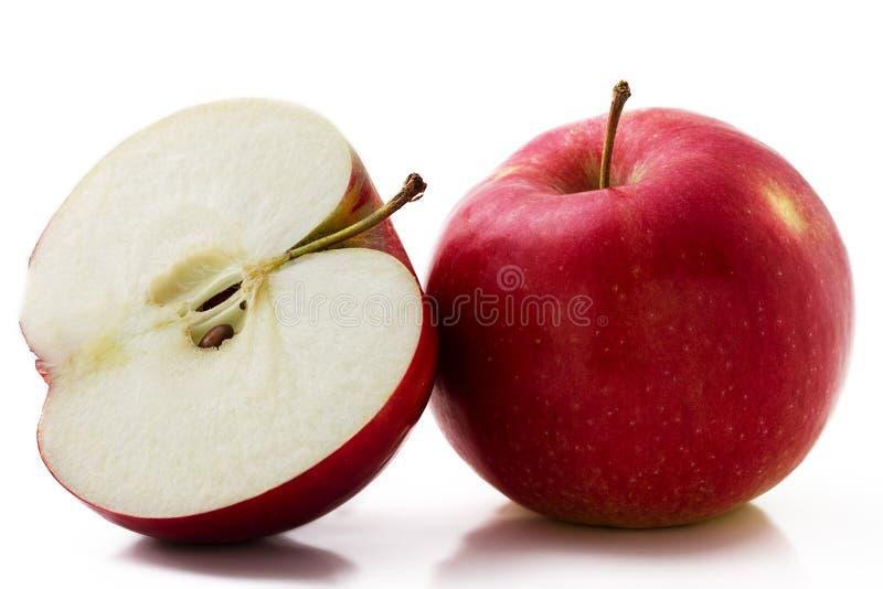 κόκκινο μήλων που τεμαχίζ&ep στοκ εικόνα