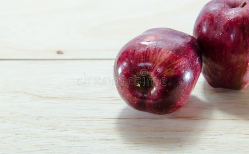Κόκκινο μήλο στο ξύλινο υπόβαθρο στοκ εικόνες