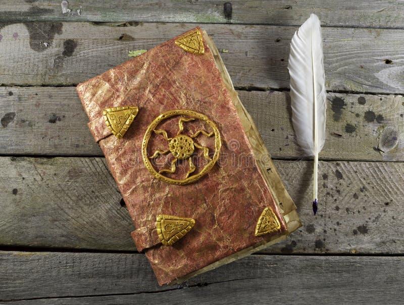 Κόκκινο μαγικό βιβλίο στις σανίδες 2 στοκ εικόνες με δικαίωμα ελεύθερης χρήσης