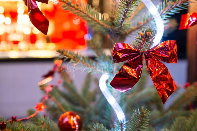 Κόκκινο μεταλλικό τόξο σε ένα χριστουγεννιάτικο δέντρο στοκ εικόνες με δικαίωμα ελεύθερης χρήσης