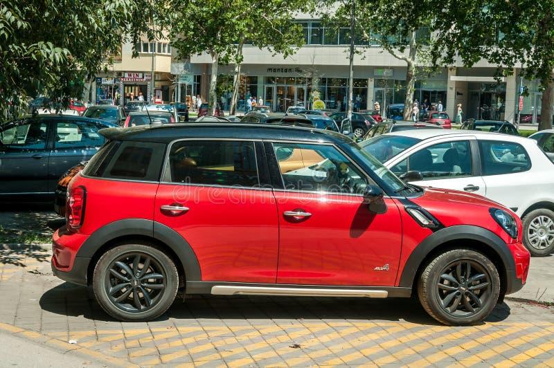 Κόκκινο με το μαύρο αυτοκίνητο χωρικών S του Mini Cooper στεγών που σταθμεύουν στο διάστημα χώρων στάθμευσης στην πόλη στοκ φωτογραφίες με δικαίωμα ελεύθερης χρήσης