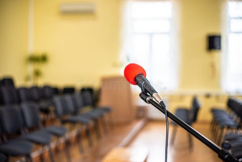 Κόκκινο μικρόφωνο σε ένα κενό δωμάτιο, η έννοια του κενού και απελπισία στη ανθρώπινη ζωή, του κενού και της αβύσσου στην ψυχή εν στοκ φωτογραφία με δικαίωμα ελεύθερης χρήσης