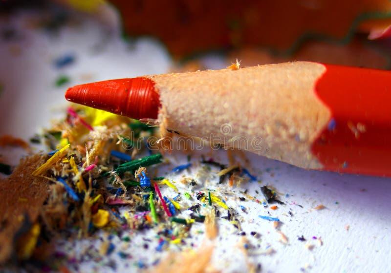 Κόκκινο μολύβι με τα υπολείμματα των μολυβιών στο σχολείο στοκ εικόνες