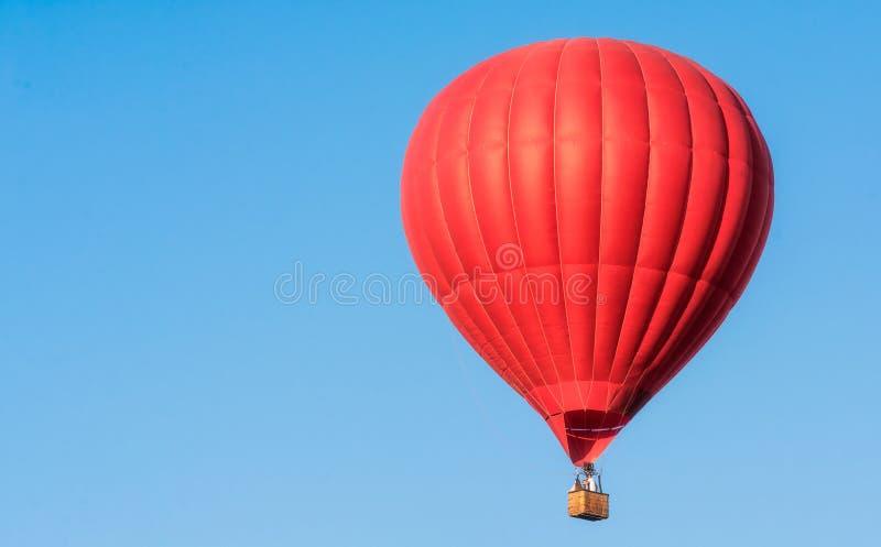 Κόκκινο μπαλόνι στον ουρανό στοκ φωτογραφία με δικαίωμα ελεύθερης χρήσης