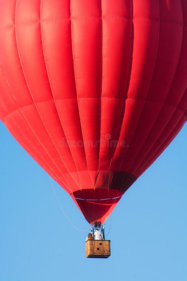 Κόκκινο μπαλόνι στον ουρανό στοκ εικόνες