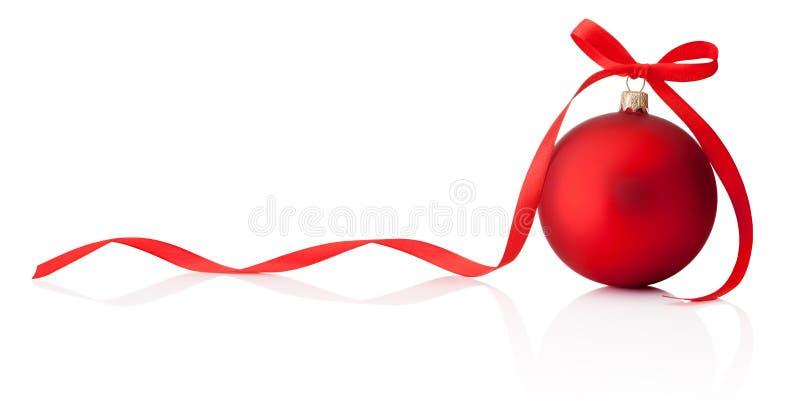 Κόκκινο μπιχλιμπίδι Χριστουγέννων με το τόξο κορδελλών που απομονώνεται στο άσπρο backgroun στοκ φωτογραφίες με δικαίωμα ελεύθερης χρήσης