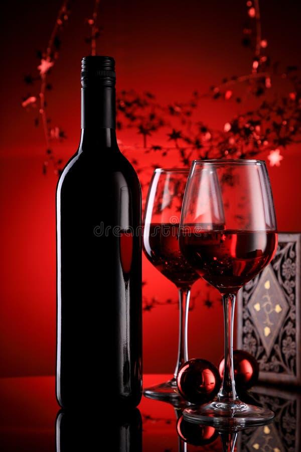 Κόκκινο μπουκάλι κρασιού και γυαλιά με εορταστική αίσθηση στοκ φωτογραφία με δικαίωμα ελεύθερης χρήσης