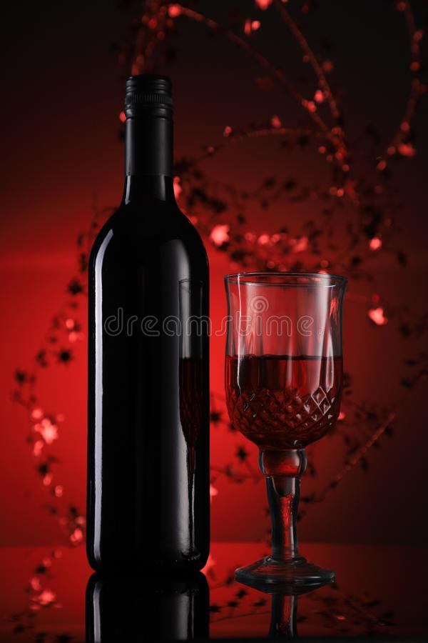 Κόκκινο μπουκάλι κρασιού και γυαλιά με εορταστική αίσθηση στοκ εικόνες με δικαίωμα ελεύθερης χρήσης