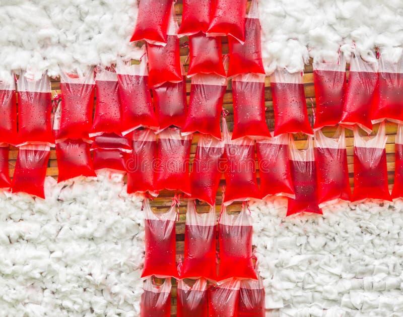 Κόκκινο νερό στη πλαστική τσάντα στοκ φωτογραφίες