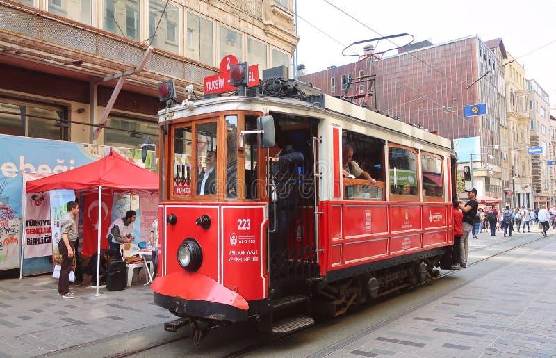 Κόκκινο νοσταλγικό τραμ στην οδό Istiklal Η για τους πεζούς οδός Istiklal, η τουριστικότερη θέση της Ιστανμπούλ στοκ εικόνες