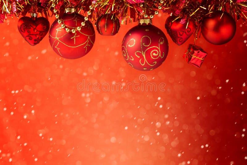 Κόκκινο ονειροπόλο υπόβαθρο διακοπών Χριστουγέννων με τις διακοσμήσεις στοκ φωτογραφίες