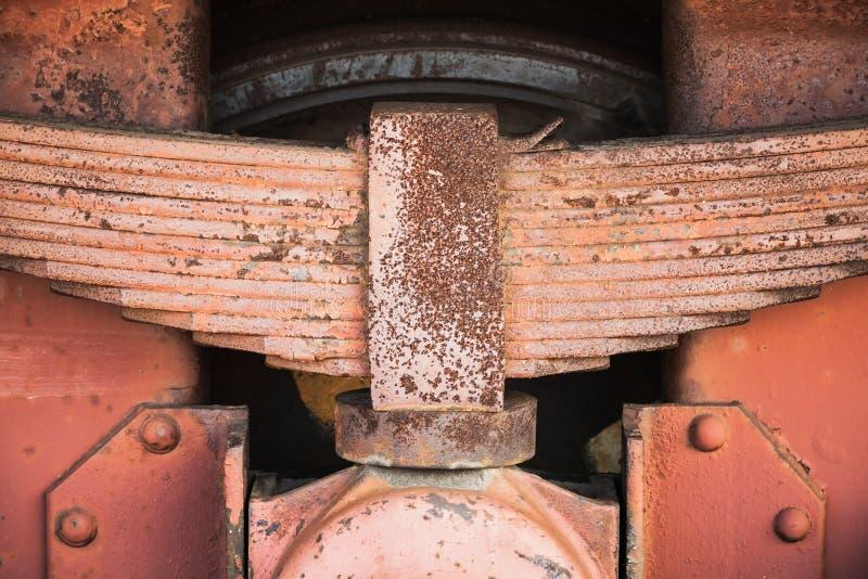 Κόκκινο οξυδωμένο ελατήριο φύλλων της βιομηχανικής μεταφοράς σιδηροδρόμων στοκ φωτογραφία