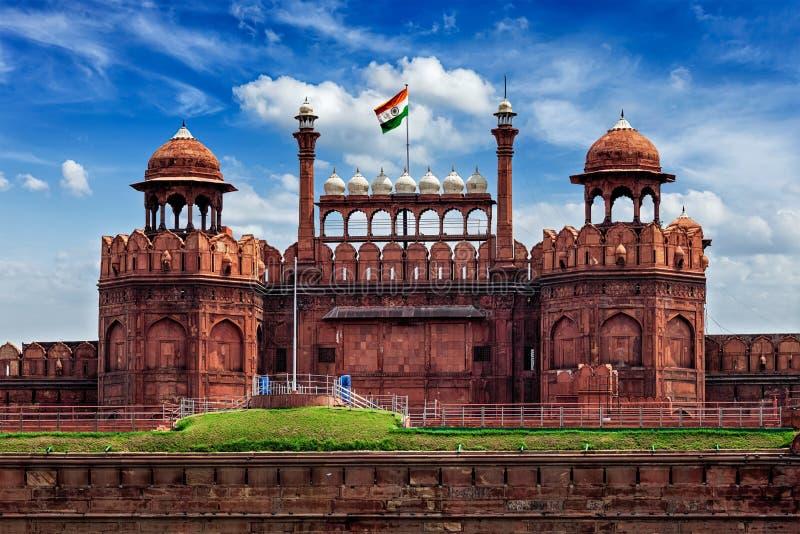Κόκκινο οχυρό Lal Qila με την ινδική σημαία ο μαύρος κοινός τρόπος ατόμων του Δελχί Ινδία οδηγά τρεις αστικό τροχοφόρο κίτρινο με στοκ φωτογραφίες