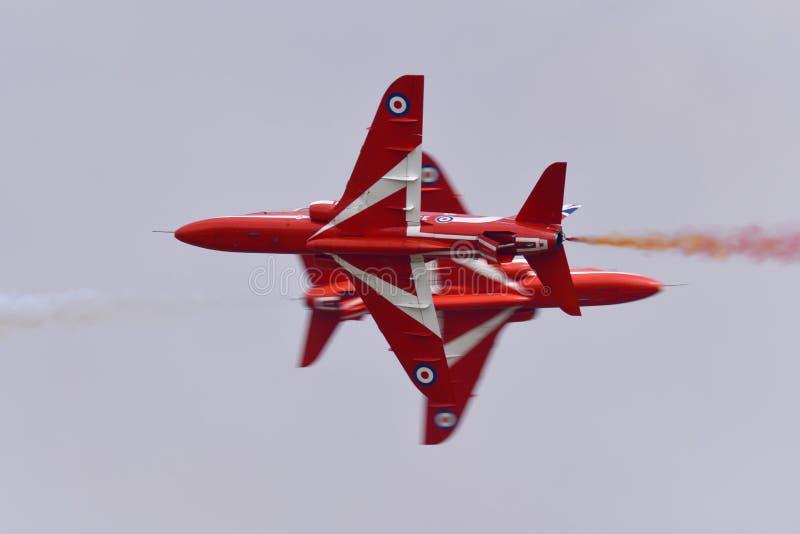 Κόκκινο πέρασμα αντίθεσης αεροπλάνων αεριωθούμενων αεροπλάνων γερακιών ομάδων επίδειξης βελών της Royal Air Force RAF στοκ φωτογραφία με δικαίωμα ελεύθερης χρήσης