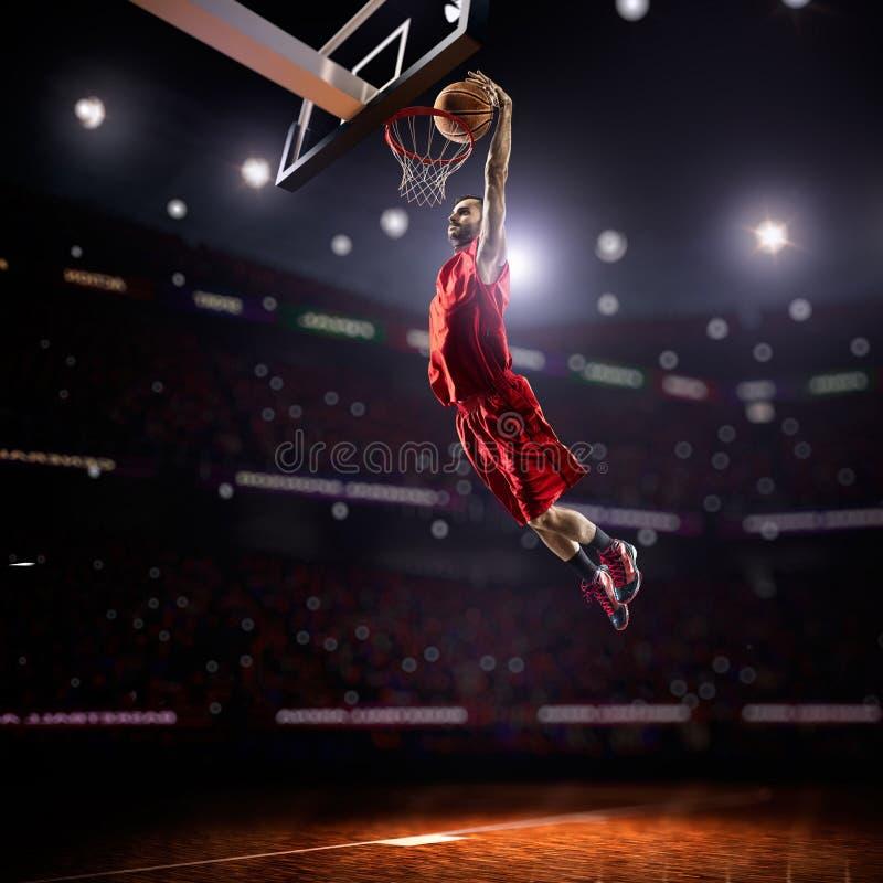 Κόκκινο παίχτης μπάσκετ στη δράση στοκ φωτογραφία
