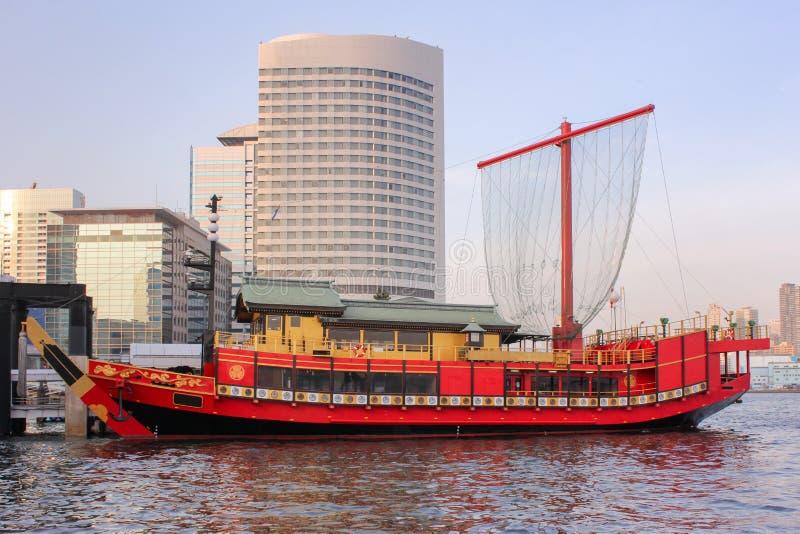 Κόκκινο παραδοσιακό ιαπωνικό ύφος κρουαζιέρας yakatabune στον κόλπο του Τόκιο στοκ εικόνα