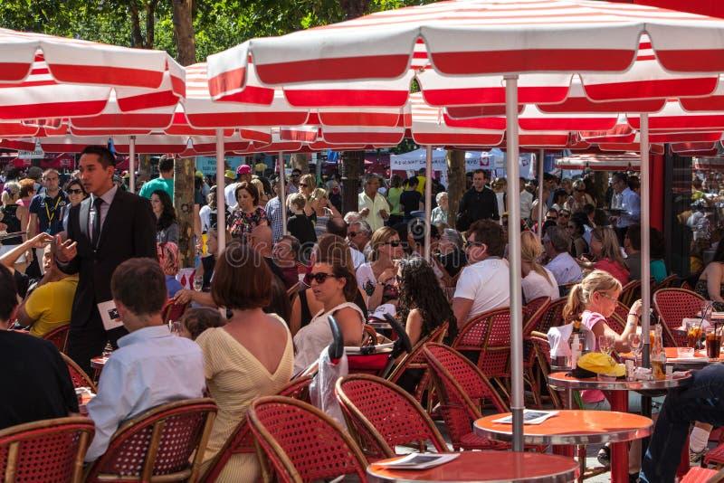Κόκκινο πεζούλι Avenue des Champs Elysees στοκ φωτογραφίες με δικαίωμα ελεύθερης χρήσης