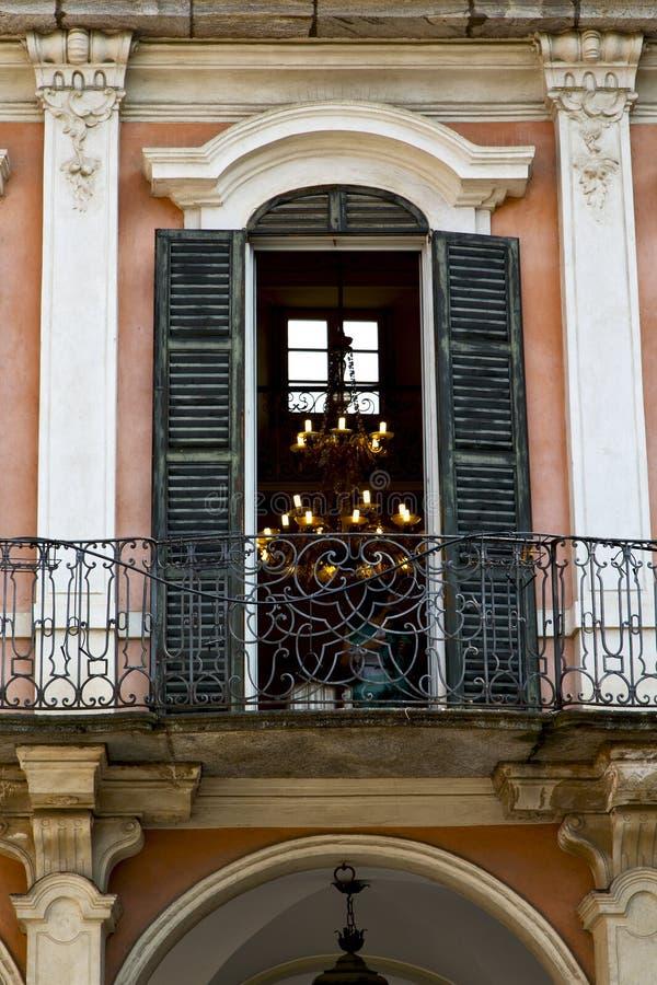 Κόκκινο πεζούλι Ευρώπη Ιταλία Λομβαρδία στο Μιλάνο παλαιό λ στοκ εικόνα με δικαίωμα ελεύθερης χρήσης