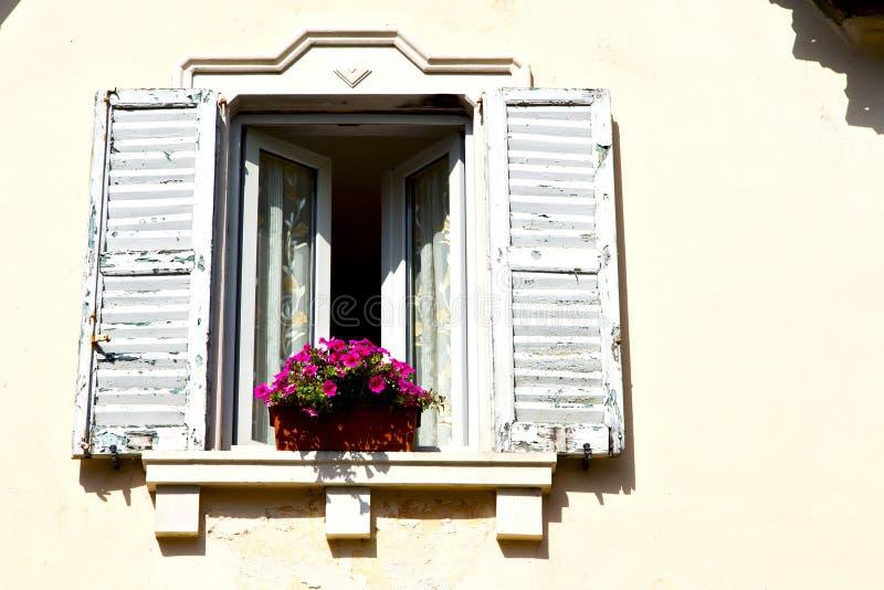 κόκκινο πεζούλι Ευρώπη Ιταλία Λομβαρδία στο Μιλάνο παλαιό W στοκ φωτογραφία με δικαίωμα ελεύθερης χρήσης