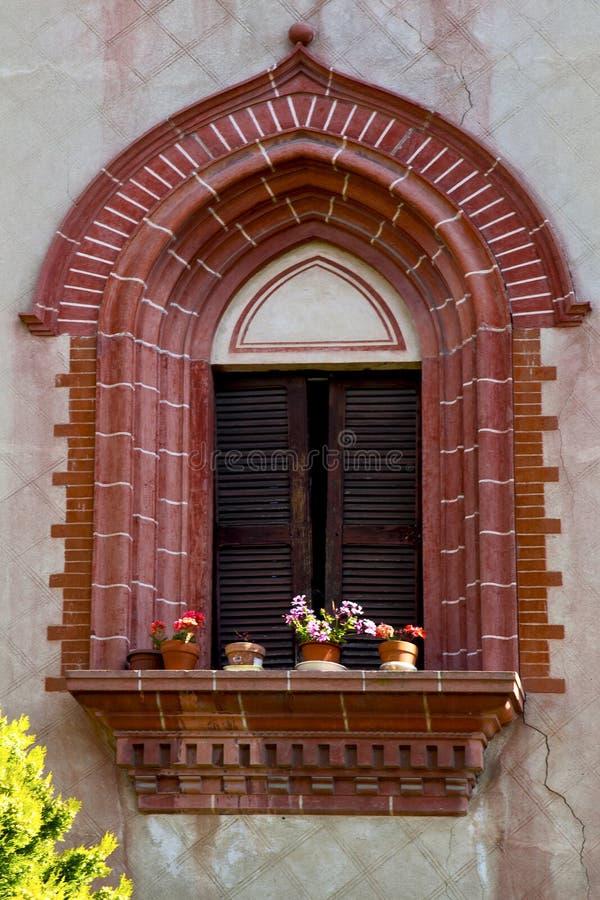 κόκκινο πεζούλι Ευρώπη το παλαιό λουλούδι τούβλου του Μιλάνου στοκ εικόνες