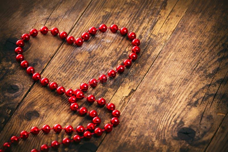 Κόκκινο περιδέραιο μαργαριταριών μορφής καρδιών. στοκ εικόνα με δικαίωμα ελεύθερης χρήσης