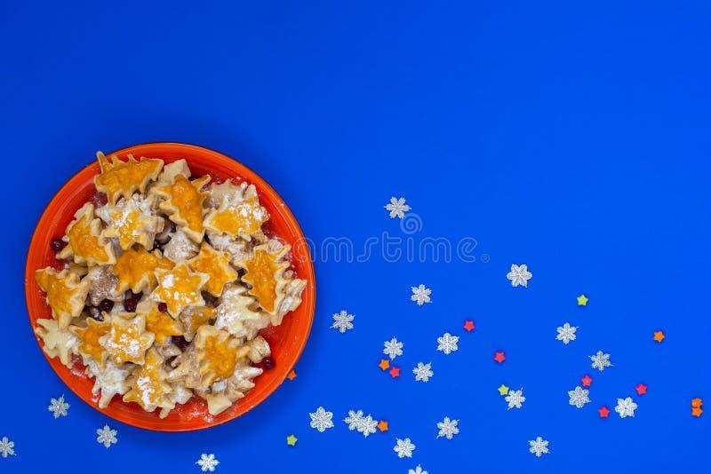 Κόκκινο πιάτο των μπισκότων υπό μορφή χριστουγεννιάτικων δέντρων στοκ φωτογραφία με δικαίωμα ελεύθερης χρήσης