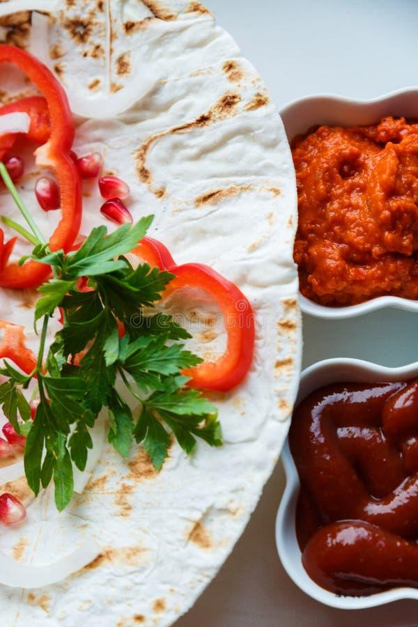 Κόκκινο πιπέρι, σπόροι ροδιών, φύλλο μαϊντανού στο τηγανισμένο ψωμί pita Το υπόστρωμα για το εύγευστο ψημένο στη σχάρα κρέας Σάλτ στοκ φωτογραφία με δικαίωμα ελεύθερης χρήσης
