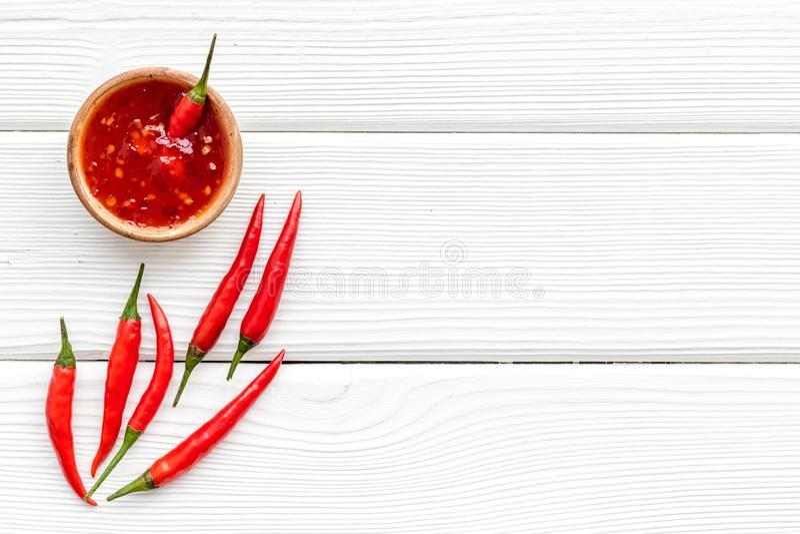Κόκκινο πιπέρι τσίλι ως συστατικό τροφίμων στο άσπρο ξύλινο πρότυπο άποψης επιτραπέζιου υποβάθρου τοπ στοκ φωτογραφία με δικαίωμα ελεύθερης χρήσης