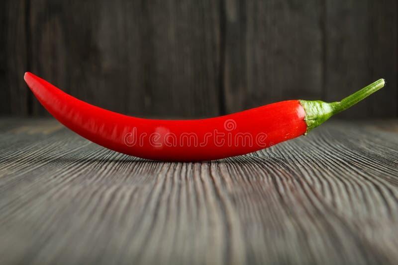 Κόκκινο πιπέρι τσίλι στο ξύλο στοκ εικόνες