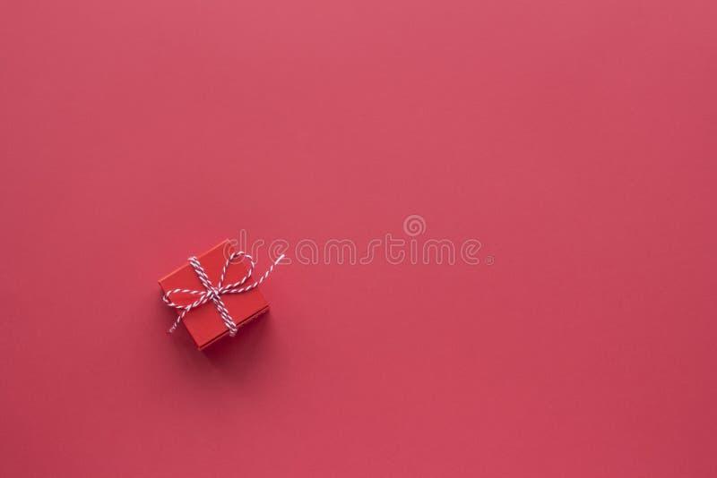 Κόκκινο πλαίσιο δώρων σε κόκκινο φόντο επάνω όψη στοκ εικόνα
