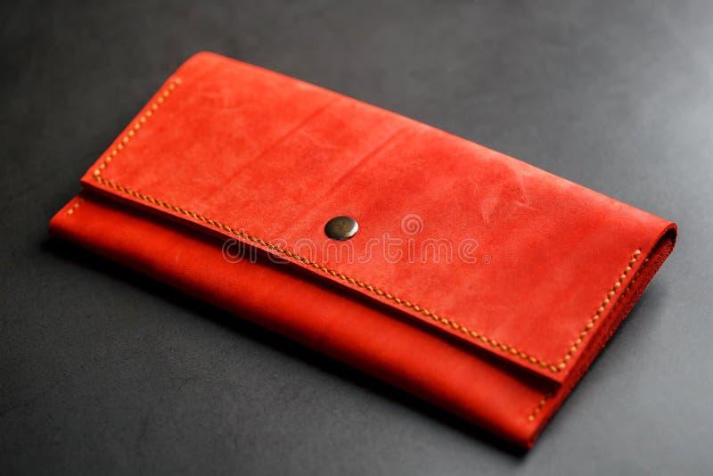 Κόκκινο πορτοφόλι δέρματος σε μια σκοτεινή τοπ άποψη υποβάθρου Κινηματογράφηση σε πρώτο πλάνο, λεπτομέρειες πορτοφολιών, καρφί κα στοκ εικόνες με δικαίωμα ελεύθερης χρήσης