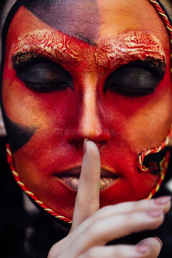 Κόκκινο πορτρέτο σύνθεσης τέχνης ομορφιάς κινηματογραφήσεων σε πρώτο πλάνο της μάγισσας γυναικών αποκριών μπαρόκ στοκ φωτογραφίες