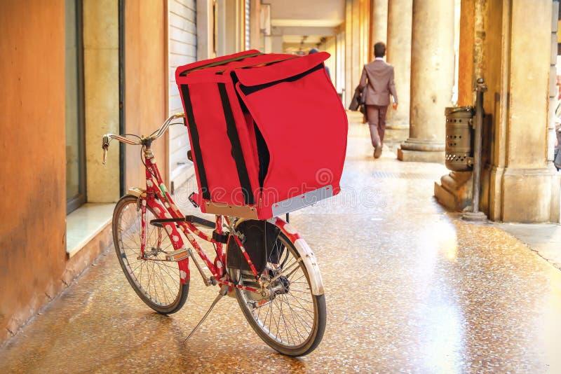 Κόκκινο ποδήλατο κιβωτίων παράδοσης ποδηλάτων στοκ εικόνες με δικαίωμα ελεύθερης χρήσης