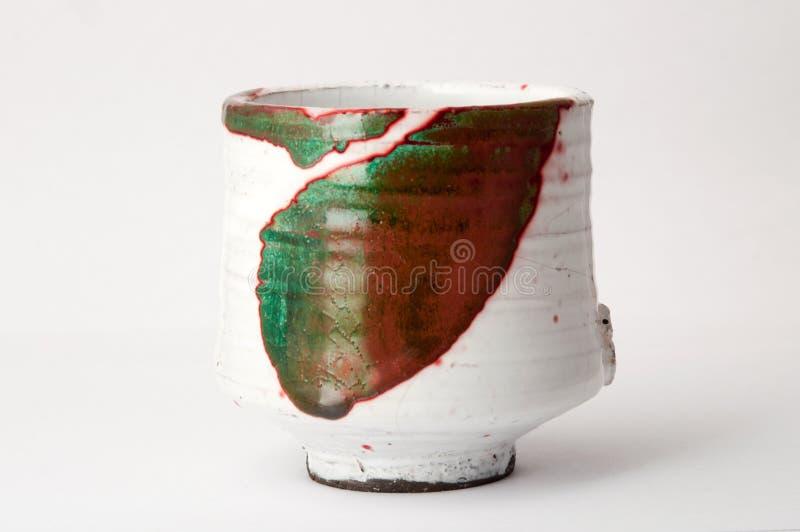 Κόκκινο, πράσινο και άσπρο φλυτζάνι raku στοκ φωτογραφία με δικαίωμα ελεύθερης χρήσης